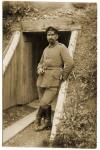 Soldat allemand devant l'entrée d'une galerie