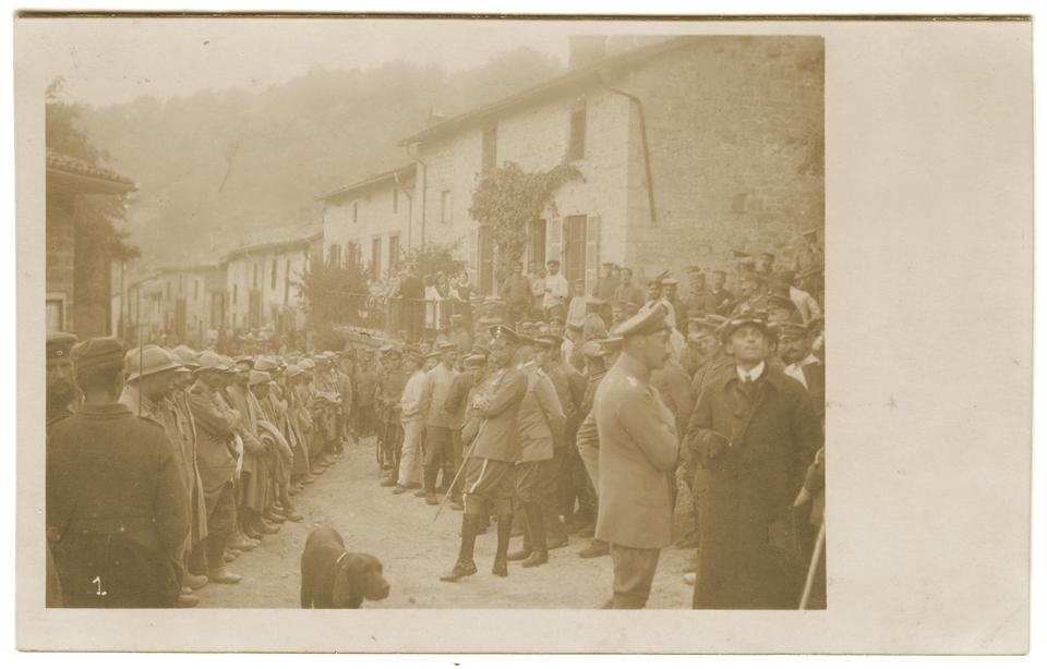 Le Kronprinz et des officiers allemands devant des prisonniers français du 14ème R.I.