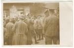 Le Kronprinz et des officiers allemands (von Mudra à droite du Kronprinz) devant des prisonniers français du 14ème R.I.