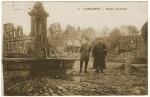 Officier français et infirmier devant la fontaine du village