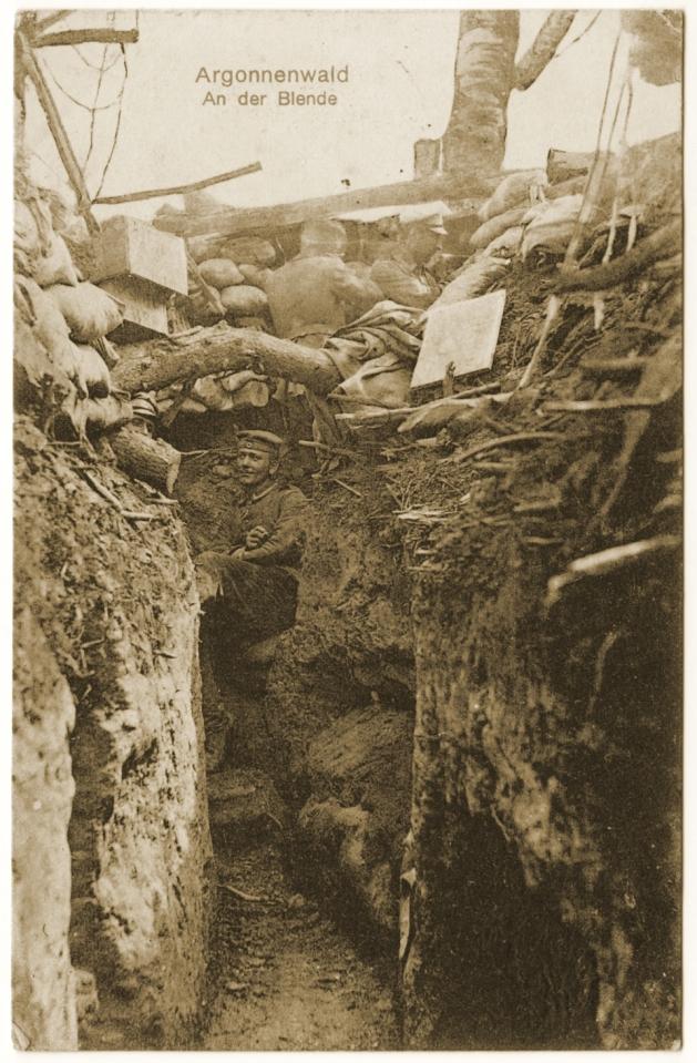 Soldats allemands au créneau dans une tranchée en Argonne