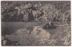 Soldat allemand au bord d'un entonnoir rempli d'eau en Argonne